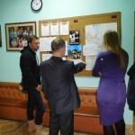 Сергей С показывает карту города журналисту Берту Корку и Екатерине из мэрии
