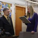 Екатерина вручает приветствие от мэра Бердникова